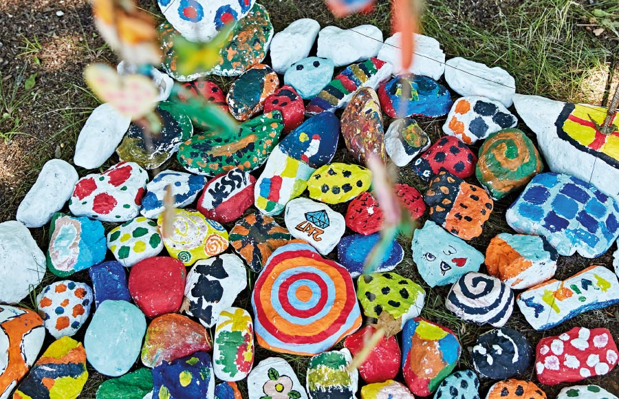 Angebot Kreativ – SOS-Feriendorf Caldonazzo: Zu den Angeboten gehören Malen, Basteln (Origami, Batik, Schmuckherstellung, Mandala, Masken, Mosaik), Musik, Tanz, Theater, Zirkus, Trommeln usw.