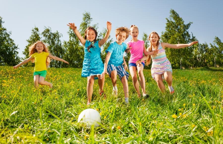 Angebot Sport – SOS-Feriendorf Caldonazzo: Geboten werden Fußball, Basketball, Leichtathletik, Schwimmbewerbe, Tischtennis, Tischfußball, Volleyball, Frisbee, Dart, Badminton, Fahrradverleih u.v.m.